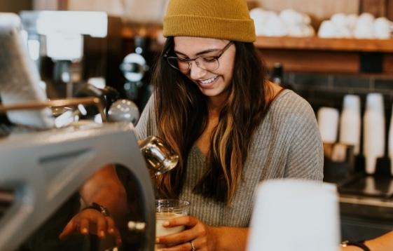 Jeune femme travaillant au café de Espace Centro à Sherbrooke